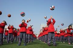 Китайские студенты делают гимнастику баскетбола стоковые изображения rf