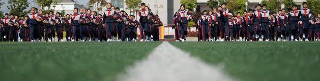 Китайские студенты делают гимнастику баскетбола стоковая фотография