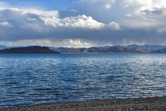 Китай Великие озера Тибета Озеро Teri Tashi Namtso в вечере лета под облачным небом стоковое изображение