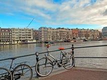 Кирпичные здания велосипеда и Амстердама известные голландские традиционные фламандские на канале стоковое фото