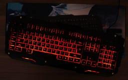 Клавиатура игры светит с пестроткаными ключами стоковые фото