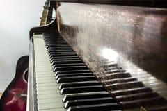 Клавиатура рояля и гитара стоковые изображения rf