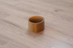 Клейкая лента Брауна на деревянной слоистой предпосылке стоковое изображение rf