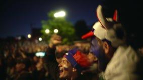Клекот парня крупного плана яростно, толпа фона друга скачки от футбольного матча выигрыша сток-видео