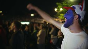 Клекот парня крупного плана яростно, толпа фона друга скачки от выигрыша Поклонник футбола акции видеоматериалы