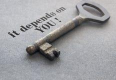 Ключ на серой предпосылке стоковое фото