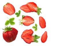 Клубника с зелеными лист и куски изолированные на белой предпосылке еда здоровая Взгляд сверху стоковая фотография