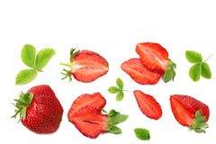 Клубника с зелеными лист и куски изолированные на белой предпосылке еда здоровая Взгляд сверху стоковое фото rf
