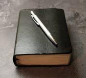 Книга и ручка стоковая фотография rf