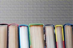 Книги с серой кирпичной кладкой на заднем плане, концепция образования, науки стоковое изображение rf