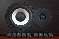 Кнопки клавиатуры обозначили любовь музыки перед деревянным диктором стоковые фото