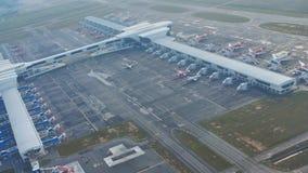 Куала-Лумпур, Малайзия - 21-ое января 2019: Аэропорт около Куалаа-Лумпур из окна самолета сток-видео