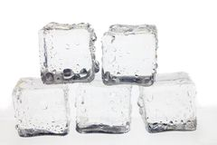 Кубики льда на белой предпосылке стоковые фотографии rf