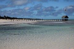 Кубинский пляж Воды бирюзы, белый песок и водные виды спорта стоковая фотография