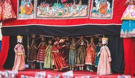 Кукольный театр вне дворца города на Джайпуре, Индии стоковое фото