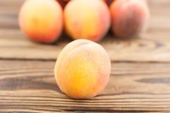 Куча свежих всех зрелых персиков и одного персика отдельно стоковая фотография