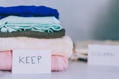 Кучи футболок и одежд будучи сортированными в держат сбрасывание и дарят категории стоковое изображение rf