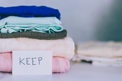 Кучи футболок и одежд будучи сортированными в держат сбрасывание и дарят категории стоковая фотография rf