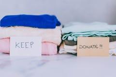 Кучи футболок и одежд будучи сортированными в держат сбрасывание и дарят категории стоковое фото rf