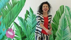 Курчавая женщина потеха и усмехаться сток-видео