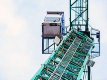 Кран показанный снизу против пасмурного но голубого неба стоковые фотографии rf