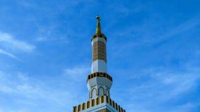 Красивая белая мечеть башни в солнечном свете стоковые изображения rf