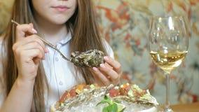 Красивая белокурая женщина есть и выпивая в ресторане, перерыве на ланч акции видеоматериалы