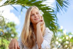 Красивая белокурая предназначенная для подростков девушка, уход за лицом красоты Сезон весны и лета тропическая каникула стоковые изображения rf