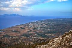 Красивая береговая линия с островом и голубыми морем и небом стоковое изображение rf
