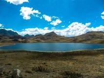 Красивая лагуна бирюзы между горами Junin, Перу стоковые фото