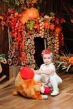 Красивая маленькая девочка с игрушкой усмехаясь на камере стоковое фото rf