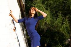 Красивая молодая женщина брюнета в сексуальном голубом платье стоковые фото