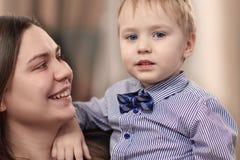 Красивая молодая мать с ребенком в ее оружиях дома Счастливая семья и концепция материнства стоковая фотография