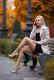 Красивая девушка вызывая через мобильный телефон в парке стоковые изображения rf