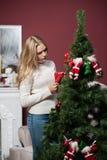 красивая девушка  стоит около рождественской елки Stock Photo