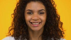 Красивая девушка с апельсинами на глазах, витаминах для здоровой кожи, естественной косметики сток-видео
