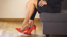 Красивая сексуальная бизнес-леди принимает красные высокие пятки и массажи тягостные ноги акции видеоматериалы