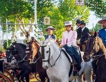 Красивые верховые лошади женщин и праздновать апрель Севильи справедливо, Севилья Справедлив Feria de Севилья стоковая фотография