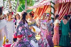 Красивые женщины одетые в традиционных костюмах наслаждаются ярмаркой в апреле, Севильей Справедлив Feria de Севилья стоковое фото