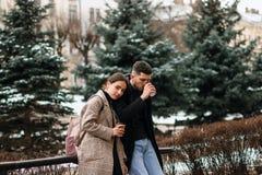 Красивые туристские пары отдыхая после длинной прогулки вокруг старых улиц городка стоковое фото rf