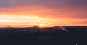 Красивый апельсин и пурпурный восход солнца над промышленной зоной Sheffields стоковые изображения
