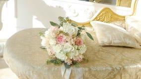 Красивый букет свадьбы белых роз в студии конец-вверх, замедленное движение, церемония видеоматериал