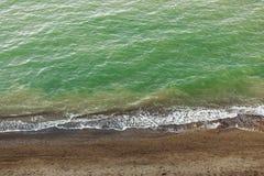 Красивый взгляд сверху голубых морской воды и волн от песочной скалы с травой Ландшафт скалы и океана пляжа каникула территории л стоковые фото