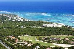 Красивый взгляд сверху: море бирюзы карибское, песчаный пляж, роща ладони, гостиницы на яркий солнечный день стоковое фото rf
