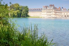 Красивый вид дворца от берега пруда стоковые фото