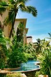 Красивый вид домов и бассейна в гостинице Kempinski на острове Хайнаня стоковые изображения rf