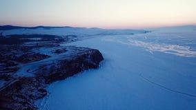Красивый вид с воздуха захода солнца в Lake Baikal России во время зимы видеоматериал