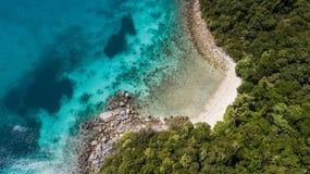 Красивый вид с воздуха paradisiacal пляжа Назначение перемещения летом стоковое фото rf