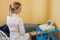 Красивый гинеколог делает cardiotocography плода Молодой доктор рассматривает a для того чтобы patien проверка стоковое фото rf
