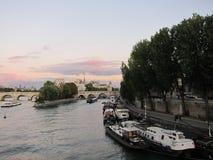 Красивый заход солнца в Париже стоковые фотографии rf